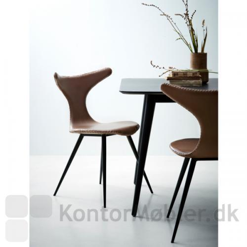Dolphin stolen med sorte ben kombineret med Pheno mødebord i sort
