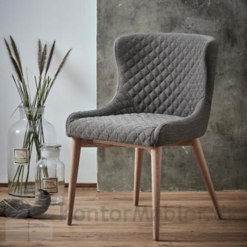 Vetro stol polstret med lyse brun polstring og med egetræs ben