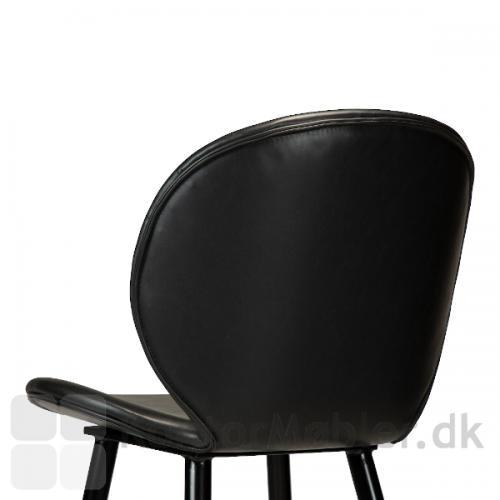 Cloud barstol i sort vintage kunstlæder. Ryggen har en flot organisk form og giver god støtte til ryggen.