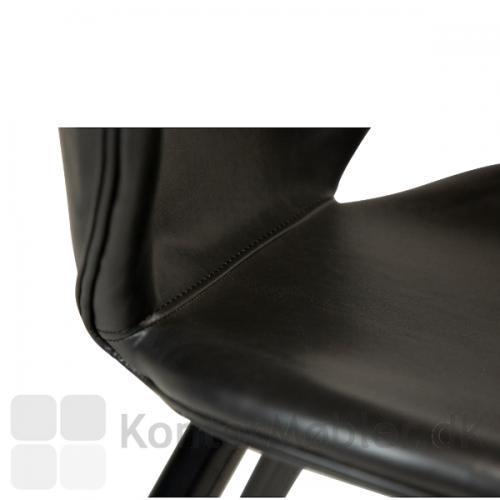 Cloud barstol fra Dan-Form fås med to typer polstring, velour og kunstlæder. Her er der anvendt sort vintage kunstlæder.