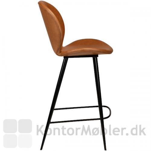 Cloud barstol fra Dan-Form i lysebrun kunstlæder set fra siden. Elegant design lige meget hvilken vinkel du ser stolen fra.