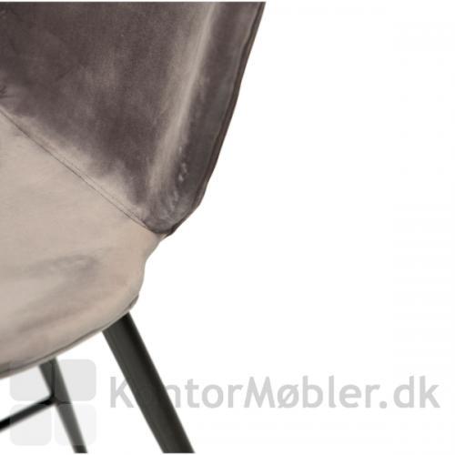 Cloud counter stol med grå velour polstring. Designet hos Dan-Form, findes i to højder og to forskellige polstringstyper samt mange farver.