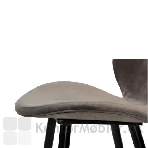 Cloud barstol fra Dan-Form fås med to typer polstring, velour og kunstlæder. Her er der anvendt grå velour polstring på sæde og ryg..