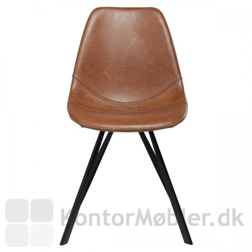 Pitch restaurantstol fra Dan-Form, her i lysebrun vintage kunstlæder og set forfra. Sorte koniske pulverlakerede ben fuldender stolen.