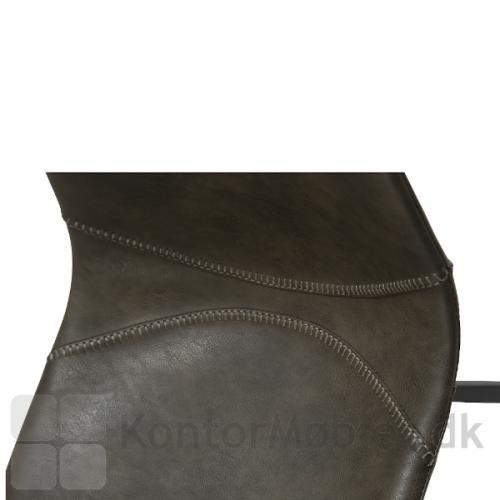 Pitch restaurantstol fra Dan-Form har synlige syninger som dekoration. Her er den vist i grå vintage kunstlæder.