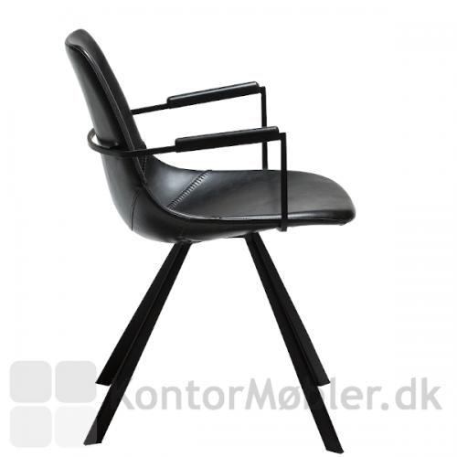 Pitch restaurantstol med armlæn set fra siden. Sorte koniske ben som understel.