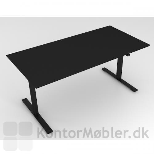 Delta hæve sænke bord med bordplade i sort linoleum og sort stel. Bordet har indbygget kabelbakke.