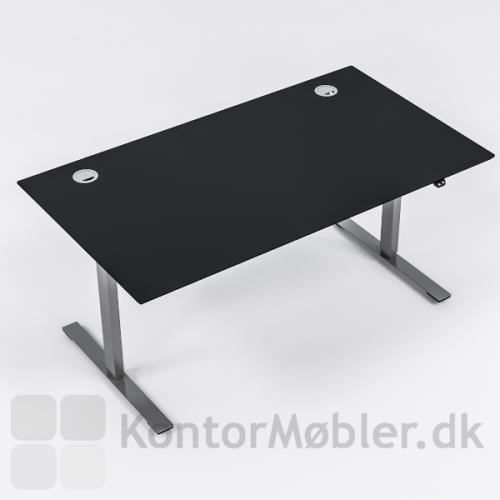 Delta hæve sænke bord med bordplade i sort linoleum og alu stel. Bordet er her vist med kabelgennemføring i de to øverste hjørner, i alu.