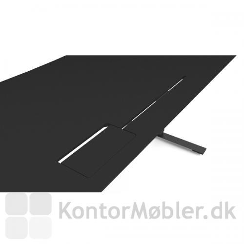 Delta hæve sænke bord med bordplade i sort linoleum og alu stel. Bordet er her vist med sort kabelklap og slids.