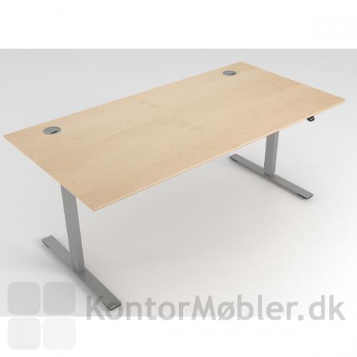 Delta hæve sænke bord med bordplade i ahorn og alu stel. To runde kabelgennemføringer i alu i hjørnerne.