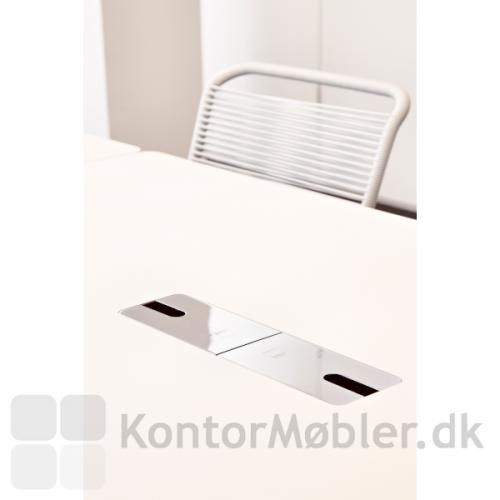 Delta hæve sænke bord med hvid bordplade samt to kabelklapper i krom.