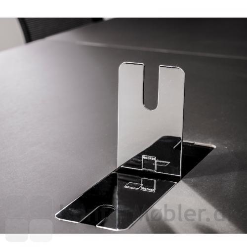 Kabelklap i krom gør at du kan gemme ledningerne væk og få et mere rent og enkelt udtryk på dit Delta hæve sænke bord.