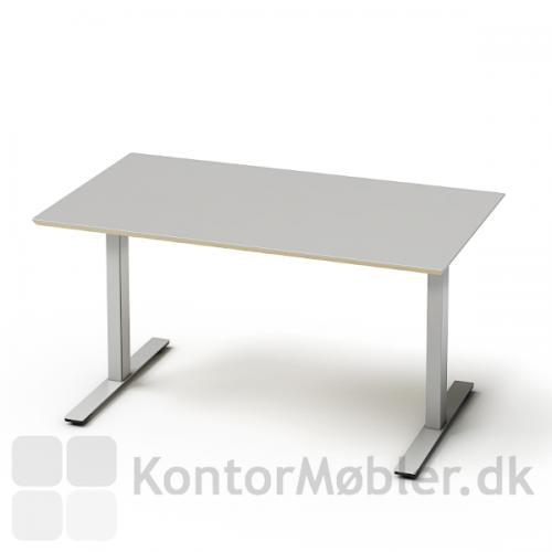 Delta bord med grå laminat bordplade og alu stel. Vores Delta borde har mange valgmuligheder, både i farver på bordpladerne, stelfarve, samt tilbehør såsom kabelbakke, kabelklapper osv.