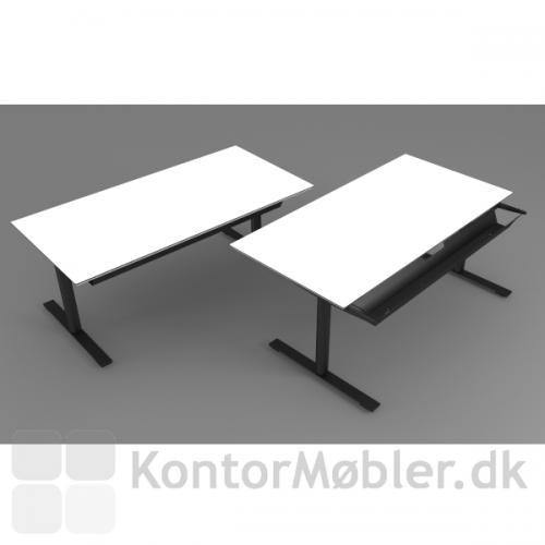 Delta bord i hvid kompaktlaminat og med sort stel. Her ses også udtræksskuffe til opbevaring af kontorartikler mm.