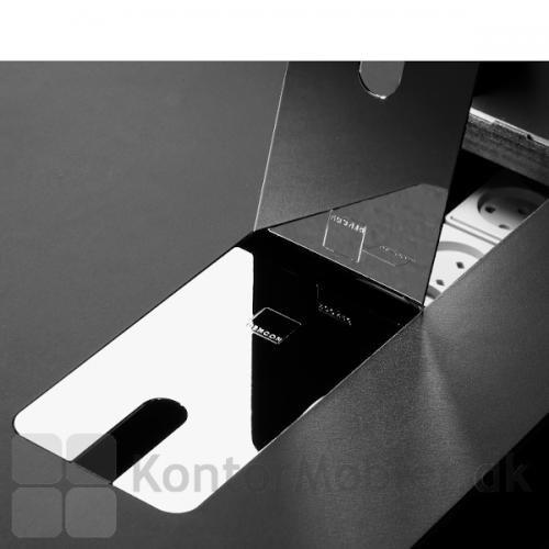 Delta bord i nano laminat med sort bordplade og krom kabelklapper.