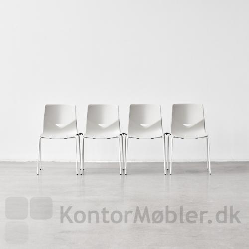 Koblingsbeslag til four sure, stolene her er hvide upolstrede med gribehul.