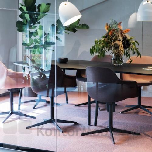 FourMe mødestol med fodkryds i mat sort