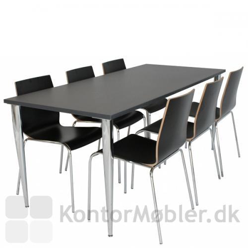Sorte Spela stole placeret omkring sort bord.