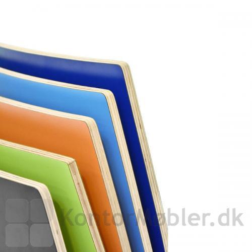 Close up billede af nogle Spela laminatfarver. Der findes rigtig mange farvemuligheder i laminat til vores Spela stole.