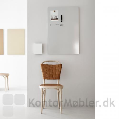 Whiteboard Air i enkelt design og med stålkeramisk overflade. Ses her med Mood Box til praktisk opbevaring af penne mm.