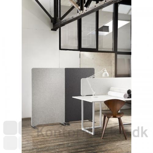 Lintex bordskærm, topmonteret samt Edge gulvskærm i lys grå og mørk grå.