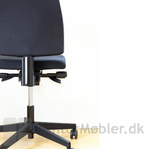 Siff kontorstol kan nemt justeres op og ned i ryggen.
