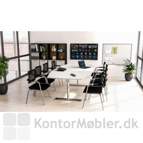 Skin mødestol med armlæn i en elegant opstilling med 8 stole rundt om et flot mødebord i hvid laminat.