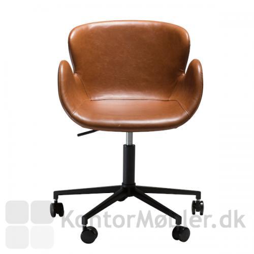 Gaia kontorstol i brun kunstlæder er produceret af danske Dan-Form og har en virkelig god siddekomfort.