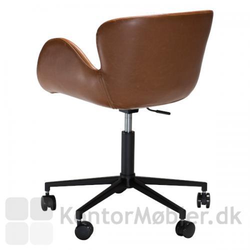 Gaia kontorstol er polstret med kunstlæder i sort eller brun. Du kan hæve og sænke stolen så den passer til dig, og den har ligeledes drejefunktion.