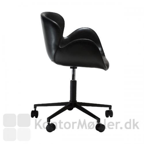 Gaia kontorstol i profil, også her er stolen smuk og elegant. De kurvede former omfavner dig, når du sidder i stolen.