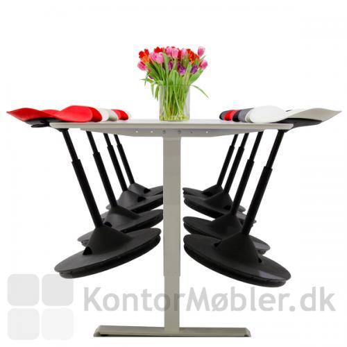 Backapp Hipp ståstøttestol kan hænges op på bordet, så det er nemt at gøre rent