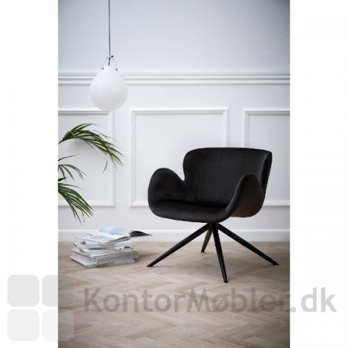 Gaia Loungestol i sort velour polstring. Gaia har drejefunktion og er en stol som vil højne indretningen i receptionen, loungen eller i hjemmet.