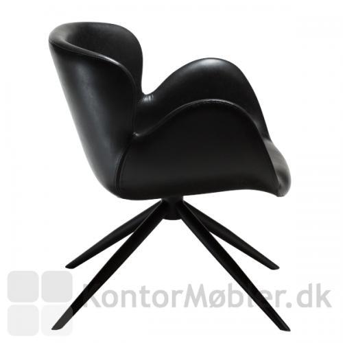 Gaia Loungestol i sort kunstlæder, en super smuk og organisk designet lounge stol. Gaia er flot uanset hvilken vinkel du ser stolen fra.