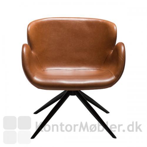 Gaia Loungestol er en smuk designet stol, som nærmest omfavner dig med sine kurvede former, når du sidder i den