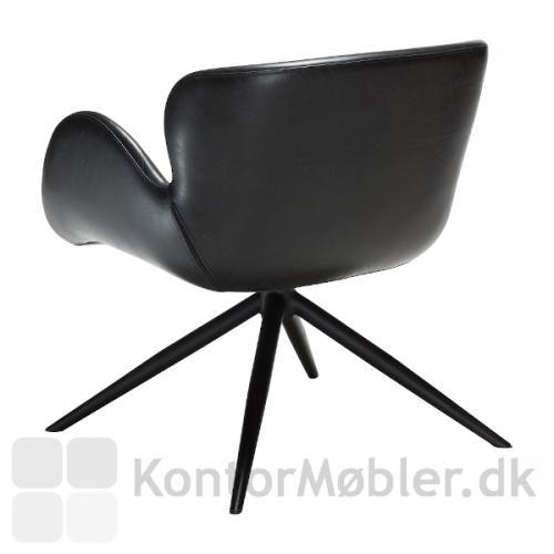 Gaia Loungestol i sort kunstlæder, har sorte elegante ben, som fuldender stolen
