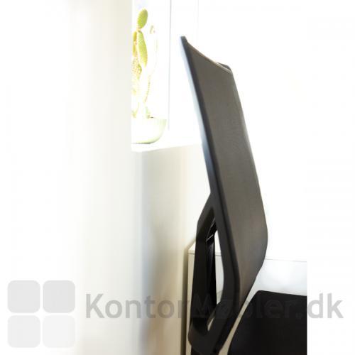 Omnia kontorstol har en justerbar fin, slank ryg. Stolen har vippemekanisme i både sæde og ryg