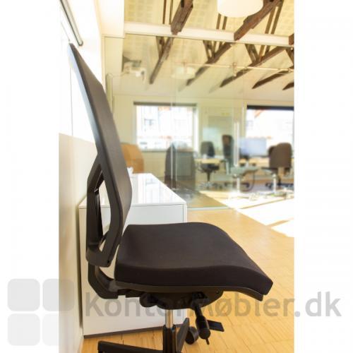 Omnia kontorstol er en elegant kontorstol i ethvert kontormiljø, med mange muligheder for indstillinger. Den kan fx. låses i 7 forskellige positioner