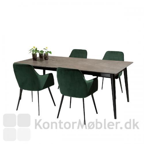 Passo spisebord med 4 grønne velour Embrace stole. Bordet er fra Dan-Form og i høj kvalitet.