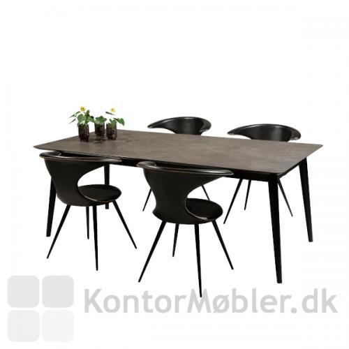 Passo Mødebord med 4 Flair stole til ca. 6 personer, 150x95 cm. Fra Dan-Form med keramisk bordplade.