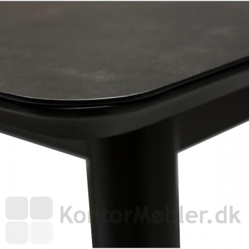 Dan-Form - Passo Mødebord er fremstillet af materialer i høj kvalitet, og alle detaljer er gennemtænkt. Her ses de lækre afrundede hjørner på den keramiske bordplade.