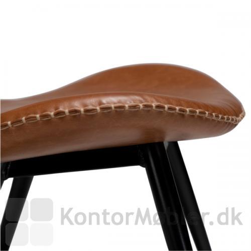 Sædet på Karma restaurantstol, har ligesom de øvrige kanter på Karma stolen, dekorativ syning