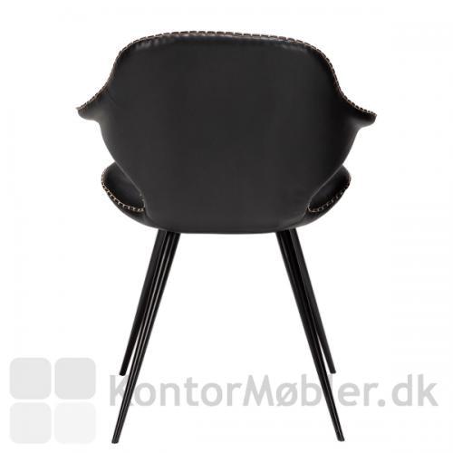 Ryggen på Karma restaurantstol fra Dan-Form strækker sig ud til 2 korte armlæn