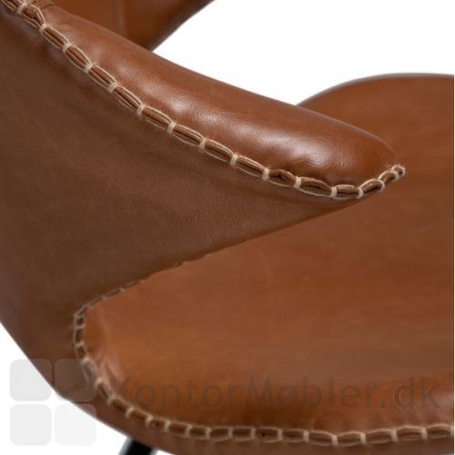 Armlænet på Karma restaurantstol er kort, med dekorativ syning