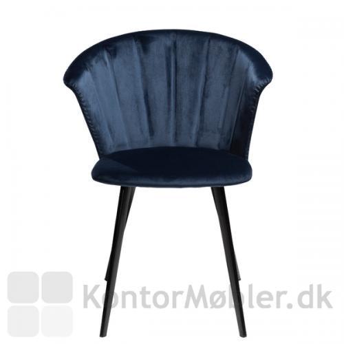 Indersiden af ryggen på Merge restaurantstol er vifteformet, hvilket giver et elegant og kongeligt look