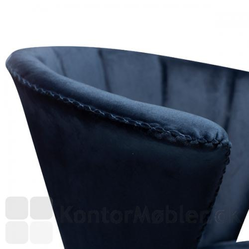 Den flotte ryg på Merge restaurantstol fra Dan-Form runder og omfagner, giver behagelig siddekomfort