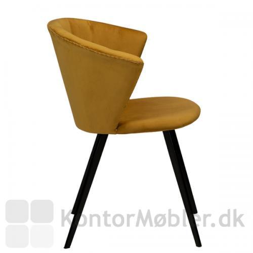 Merge velour stol fra Dan-Form i farven bronze, har en flot profil