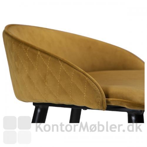 Dan-Form Dual barstol i den silkebløde bronzefarvede velourpolstring.