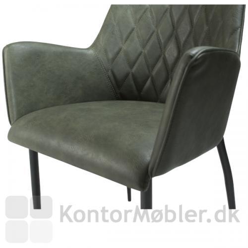Rombo armstol polstret med Vintage kunstlæder i grøn. Dejlig siddekomfort med mønster i ryggen og behagelige armlæn.