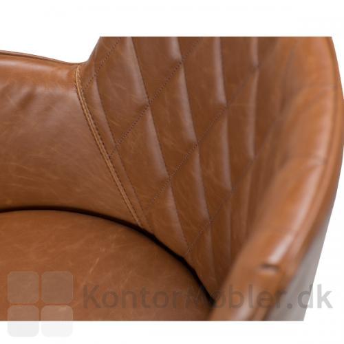 Rombo armstol i polstret med Vintage kunstlæder i lysebrun. Diamantmønster på ryg.
