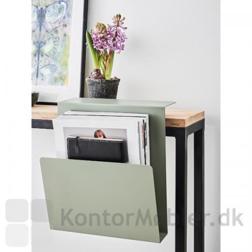 APTO katalog og tidsskrift hylde kan vælges i tre forskellige nordiske farver; sort, grøn eller blå